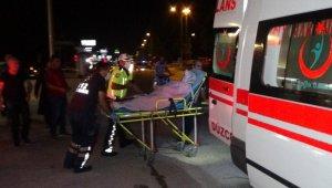 Yaralanan kadını hastaneye götürmek isteyen bir kişi Beyciler Kavşağı'nda zincirleme trafik kazasına karıştı.