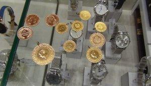 Altın rekor üzerine rekor kırarken vatandaşlar altın almak için kuyumculara akın ettiler