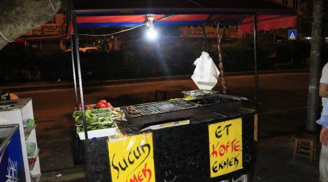 Adana'da bir kişi tablada sucuk ve köfte emek satışı yaptığı sırada bıçaklandı