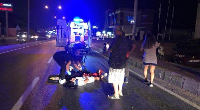 Motosiklet sürücüsü dengesini kaybedip kaldırıma çarptı 2 kişi yaralı