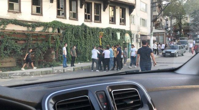 Bursa'da sokak ortasında yapılan yaklaşık yüz kişilik mevlitte  yumruklar ve tekmeler havada uçuştu