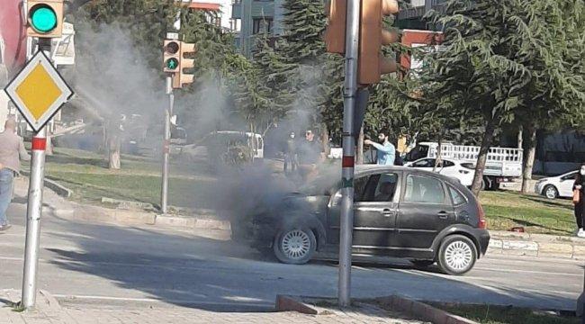 Elazığ'da seyir halindeki aracın motor kısmı yandı.Olay, merkeze bağlı ...