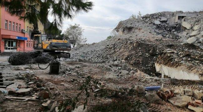 Erdek Öğretmenevi binasının bulunduğu blokta yıkım çalışmaları sürüyor.Olas...