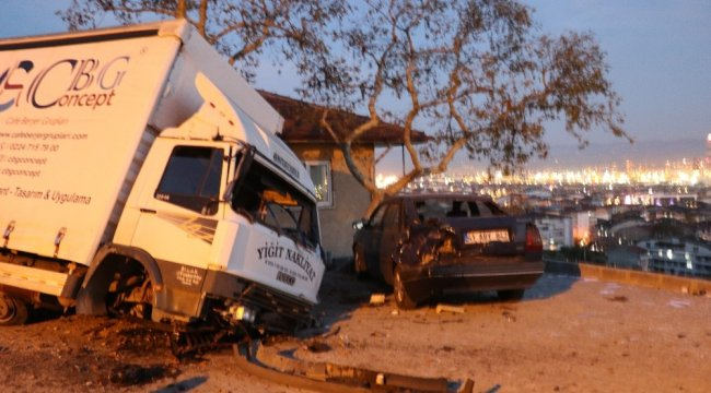 Freni boşalan kamyon, önce yol kenarındaki kömürlüğe sonra park halindeki otomobile çarptı