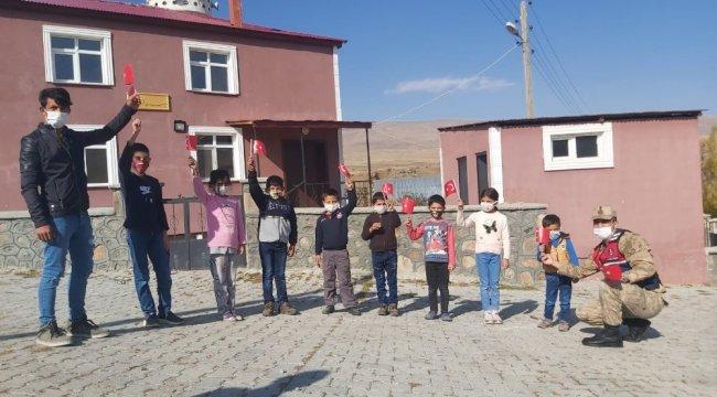 Sarıkamış İlçe Jandarma Komutanlığına bağlı ekipler köyde çocuklar ile birl...