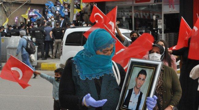 Şırnak'ta eşleri ve evlatları terör örgütü PKK tarafından dağa kaçırıla...