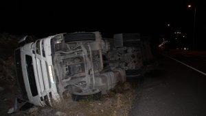 Kayseri'de kontrolden çıkan tır yan yattı, kazada sürücü yaralandı