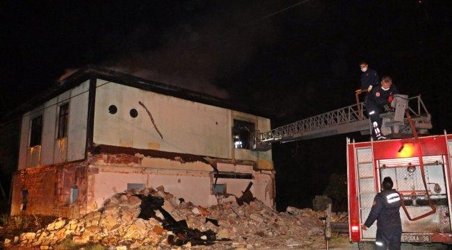 Antalya'da bir akaryakıt istasyonuna 50 metre uzaklıktaki 2 katlı metruk evde çıkan yangın