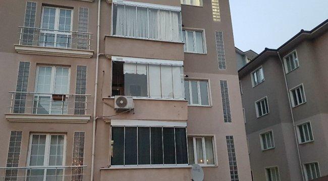 2. kattan camdan sarktığı sırada dengesini kaybeden 16 aylık bebek toprak zemine düşerek