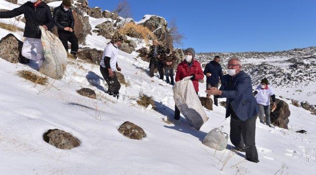 Bitlis'in Adilcevaz ilçesindeki Süphan Dağı eteklerine yoğun kar yağışı...
