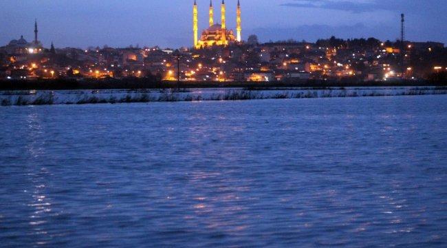 Edirne'de Tunca Nehri'nin taşması sonucu nehir kenarında bulunan ov...