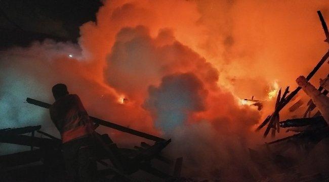 Kastamonu'nun Daday ilçesinde çıkan yangında kereste fabrikası kullanıl...