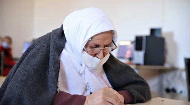 Elazığ'da 70 yaşındaki Halime Şahin, Kur'an-ı Kerim okumak için mah...