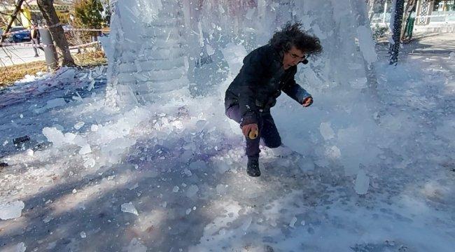 Erzincan'da 13 metrelik piramidal enstalasyonunu buz tutturarak perform...
