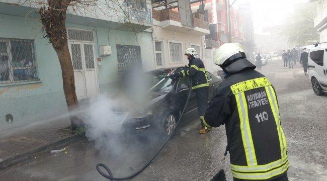 Adıyaman'da, park halinde olduğu esnada alev alarak yanan otomobili itf...