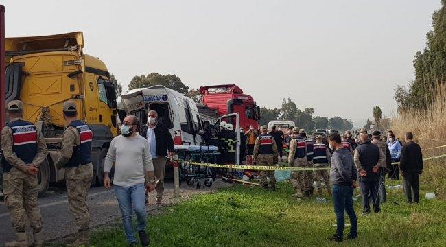 Hatay'ın Dörtyol ilçesinde işçi servisi ile 2 tırın karıştığı zincirleme kazada 7 kişi yaralı