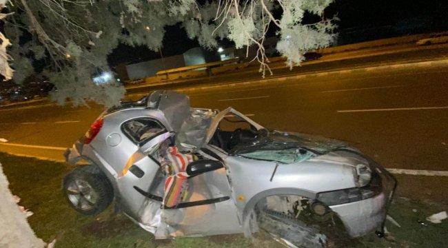 Kahramanmaraş'ta meydana gelen trafik kazasında ağaca çarpan otomobil s...