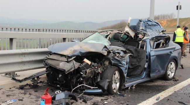 Tıra arkadan çarparak parçalanan lüks otomobilin sürücüsü feci şekilde hayatını kaybetti