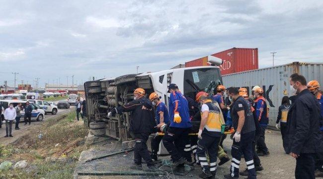 Direksiyon hakimiyetini kayberek takla atan midibüs şarampole devrildi 1 kişi hayatı kaybetti , 20 kişi yaralı