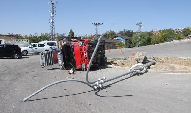 Elazığ'da sürücüsünün direksiyon hakimiyetini kaybettiği kamyon direğe ...