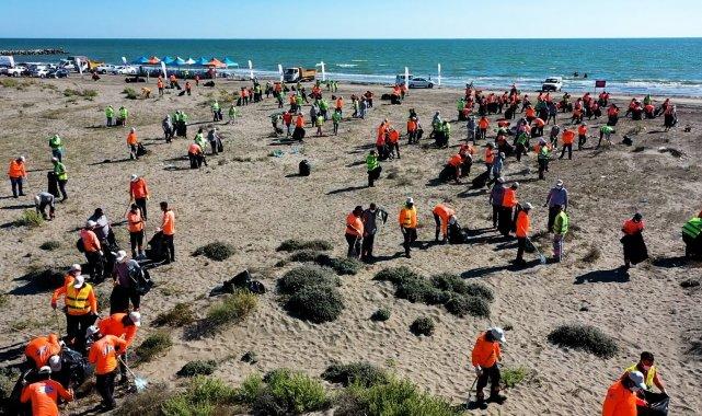Mersin'de 'Dünya Temizlik Günü' kapsamında sahil kesiminde gerç...